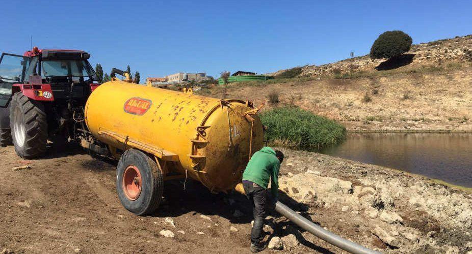 Agua en cubas para las masías