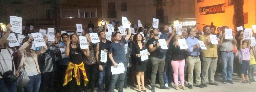 Veïns d'Alcanar donen suport a Jordi Sànchez i Jordi Cuixart