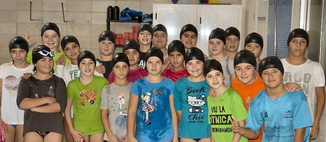 El C.N. Vinaròs nada sense equipació i amb gorros negres per la pèrdua de la piscina municipal