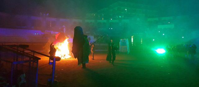 La plaza de toros acogió la despedida del Carnestoltes con Xarxa Teatre y Ball de Dimonis