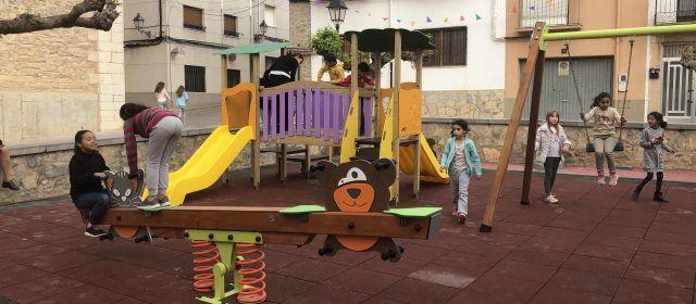 Sta. Magdalena obri al públic el renovat parc infantil de la plaça de l'església