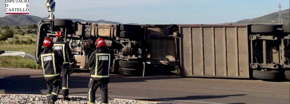 Vuelca un camión en Alcalà de Xivert con 200 cerdos y accidente en Alcossebre