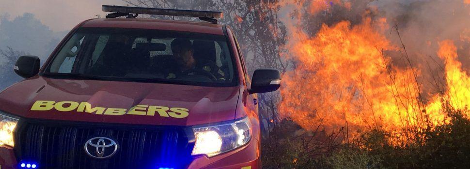 Los bomberos siguen trabajando en el incendio de Sant Mateu para su total extinción