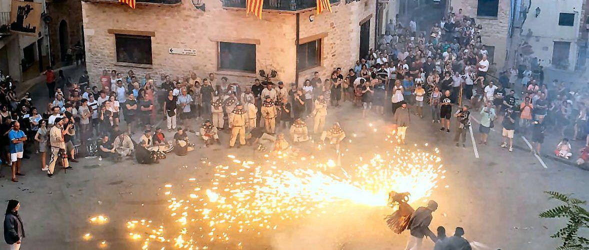 Cervera reúne Dracs, Bésties de Foc, la batucada d'ESMUVI y la Muixeranga de Vinaròs