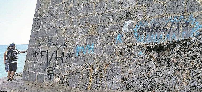 Peñíscola borrará en breve las pintadas de las murallas
