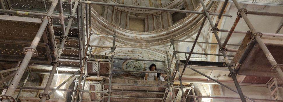 Les obres de restauració de la capella de Santa Victòria de Vinaròs descobreixen serigrafies a la façana