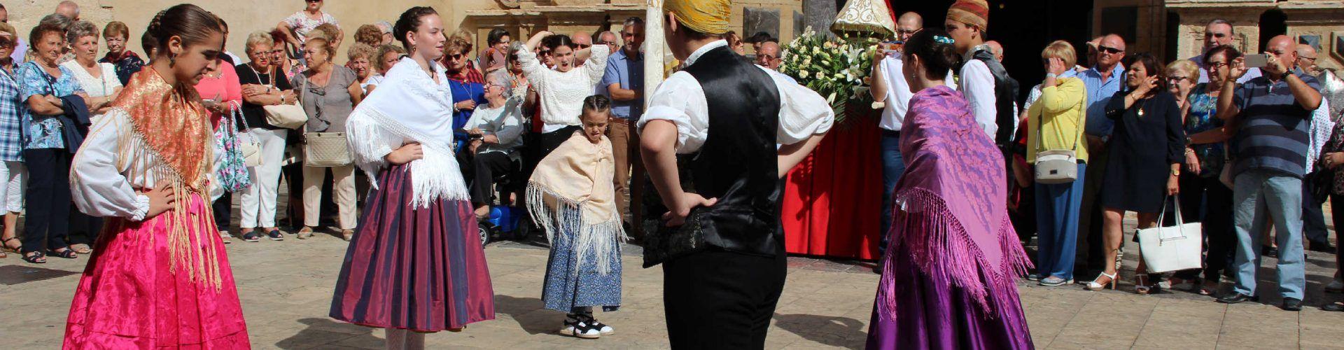 Devoción y baile el día del Pilar en Vinaròs