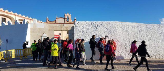 El viento no impide la caminata por la ermita de Vinaròs