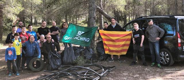 Geocachers Vinaròs saca basura de Perafot y asiste a un encuentro internacional