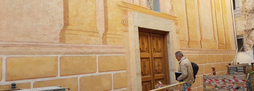 La fachada de Santa Victoria de Vinaròs ya luce restauradas sus arquitecturas fingidas