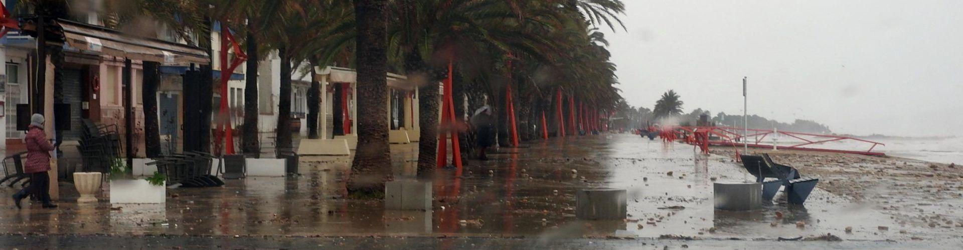 Un cop de mar inunda un tros de passeig de Vinaròs