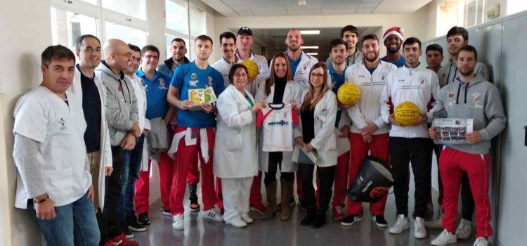 El Club Baloncesto Benicarló lleva regalos a los niños y niñas ingresados del Hospital Comarcal de Vinaròs