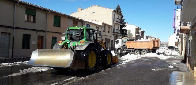 Retiren amb camions la neu de les avingudes de Vilafranca