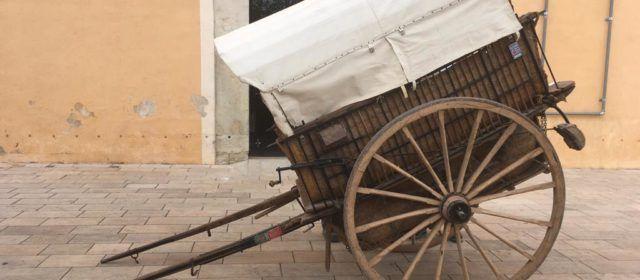 Donació al MUCBE de Benicarló d'un carro i una màquina de fer vainica