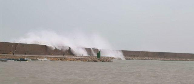 """El temporal s'""""empassa"""" el dic de Llevant de Vinaròs"""