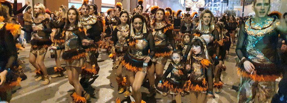 La primera desfilada del Carnaval de Vinaròs, en 6 vídeos