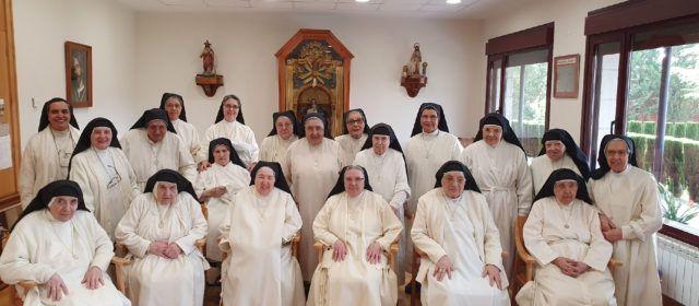 Les monges de Benicarló animen a penjar les banderoles del Crist de la Mar