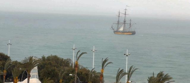 Un gran veler navegant per davant de Vinaròs