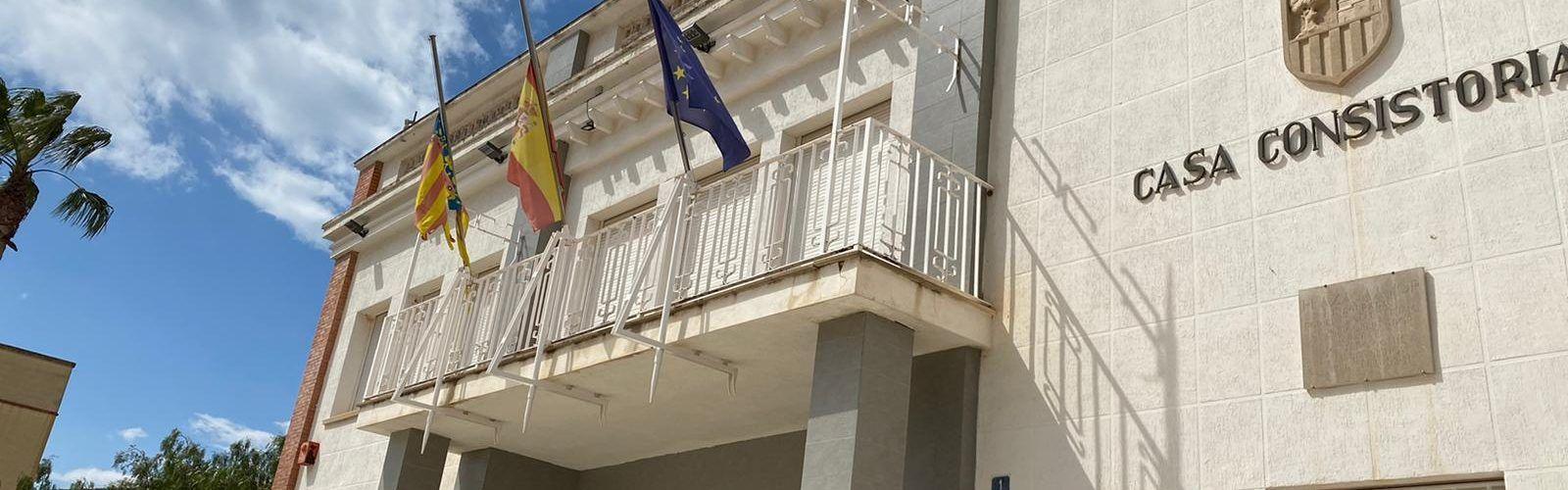 Diversos ajuntaments de Castelló hissen la bandera a mitja asta en senyal de duel per les víctimes del coronavirus