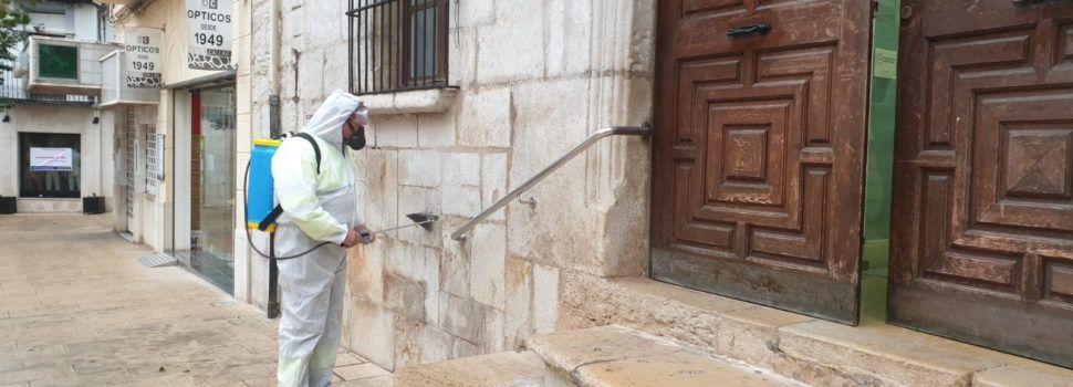 Vinaròs lluita contra el coronavirus desinfectant carrers i mobiliari urbà