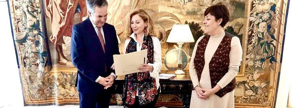 Fibla dóna la reproducció de la carta pobla de Vinaròs a l'ambaixador d'Espanya a Bulgària