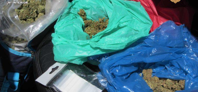 La Guardia Civil intercepta un vehículo que transportaba 2.000 gramos de cogollos de marihuana