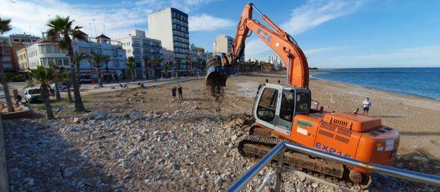 """La platja del Fortí de Vinaròs """"es despedrega"""""""