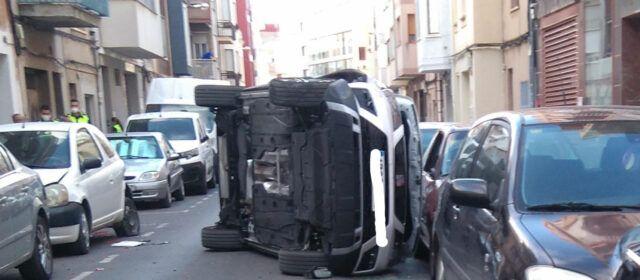 Un cotxe colpeja cincs cotxes, bolca i el conductor fuig al carrer Ulldecona de Benicarló