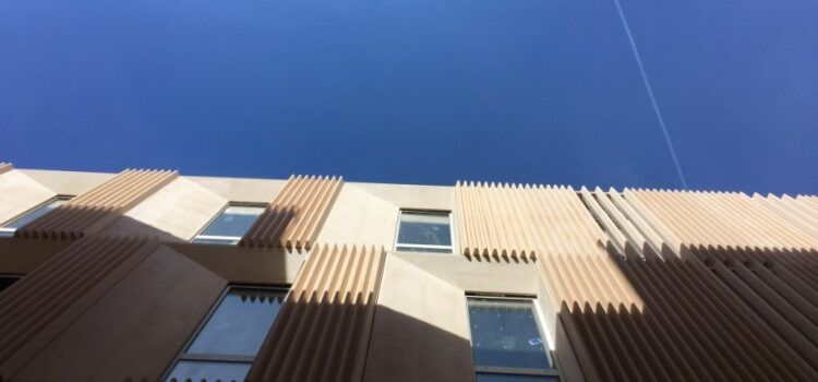 Paneles hechos en Hermo, de Vinaròs, con cemento de CEMEX, en la nueva sede de los juzgados de Tortosa
