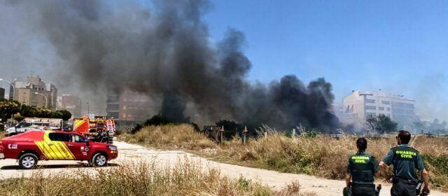 Incendi de matolls prop del pavelló de Benicarló