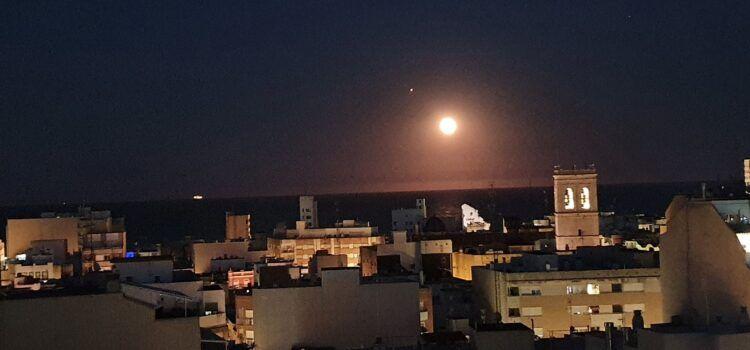 Fotos: La Lluna, sobre la mar de Vinaròs