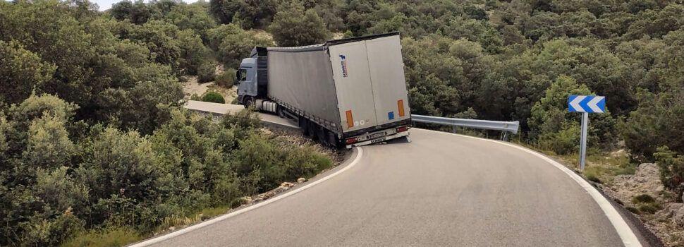 "Un tráiler ""atasca"" la carretera de Vallibona"
