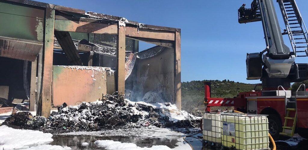 Los bomberos dan por controlado el incendio en la  planta de reciclaje de Cervera