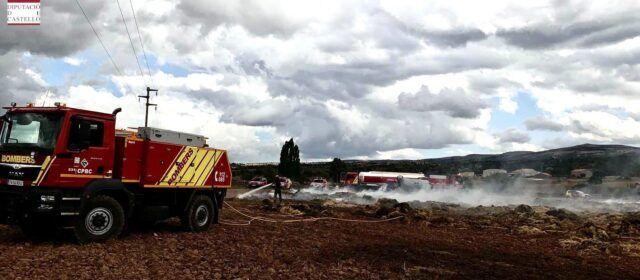 Los bomberos siguen actuando en la compleja extinción del incendio de una nave agrícola de Morella