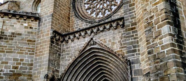 Vora l'Ebre: Les 4 imatges del portal de l'església de Valderroures