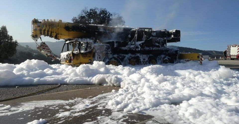 Extinguido el incendio de un camión grúa junto al pont de la Bota, en la N-232