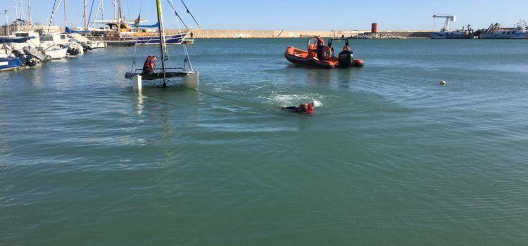 Rescatada ilesa una pareja frente a Peñíscola tras volcar su catamarán
