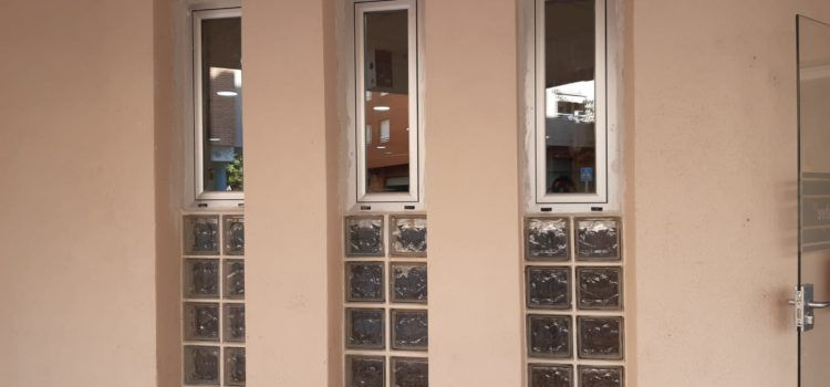 El Centre de Dia Nou d'Octubre de Benicarló obri 4 finestres noves per a afavorir la ventilació