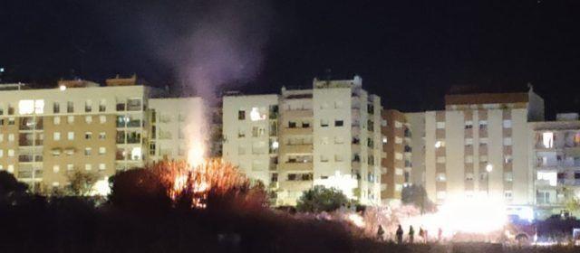 Incendi de vegetació vora al casc urbà de Vinaròs