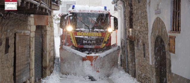 Los bomberos siguen actuando mientras continúa nevando