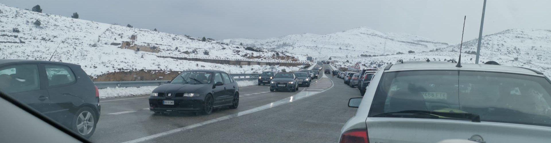 Colas de coches que iban a ver la nieve obstaculizaron trabajos de las quitanieves y servicios de emergencia
