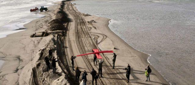 Denuncien la fragilitat del Trabucador del Delta amb una creu roja