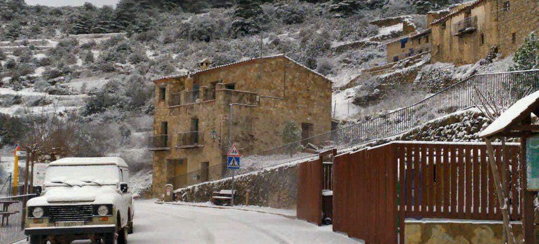 La primera nevada viste de blanco Els Ports pero provoca problemas viarios