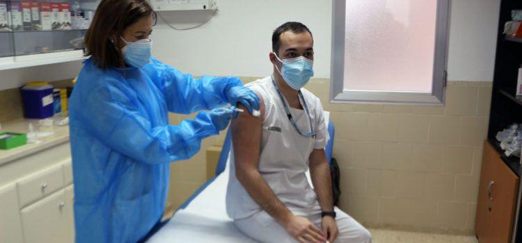 La Comunitat Valenciana inicia la vacunación del personal sanitario de primera línea