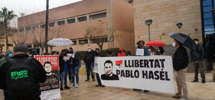 Concentració davants dels jutjats de Vinaròs per la llibertat de Pablo Hasél