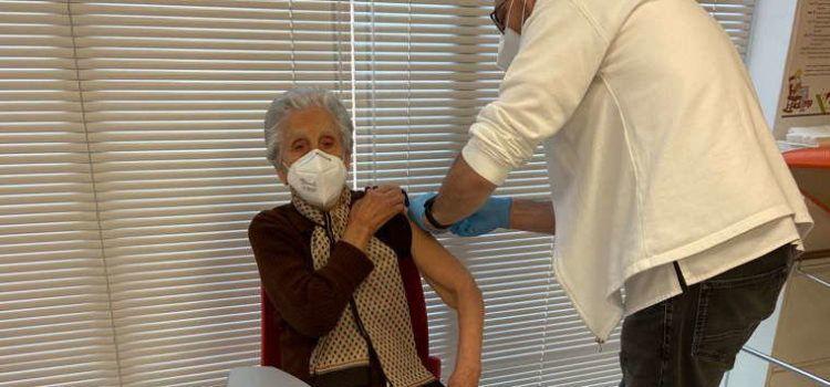 Benicarló vacuna el veïnat major de 90 anys