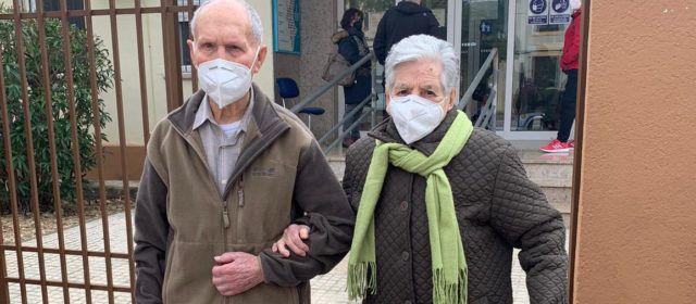 Fotos: vacunados dos vecinos de Sant Mateu que suman 199 años