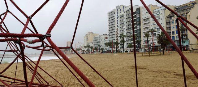 Fotos: el passeig i la platja del Fortí de Vinaròs, en un  matí plujós