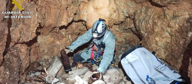 La Guardia Civil destruye tres proyectiles de la guerra encontrados en dos simas de Tirig