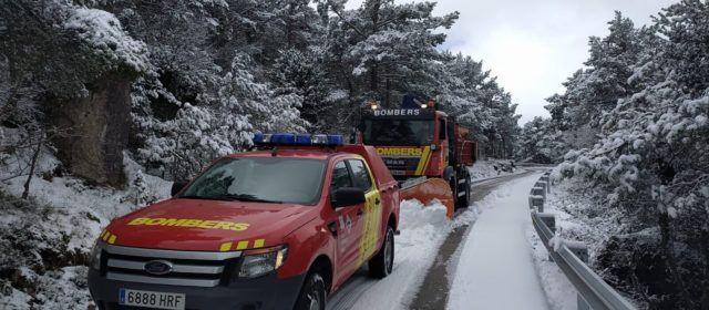 Carreteras despejadas de nieve, tras la actuación de los bomberos